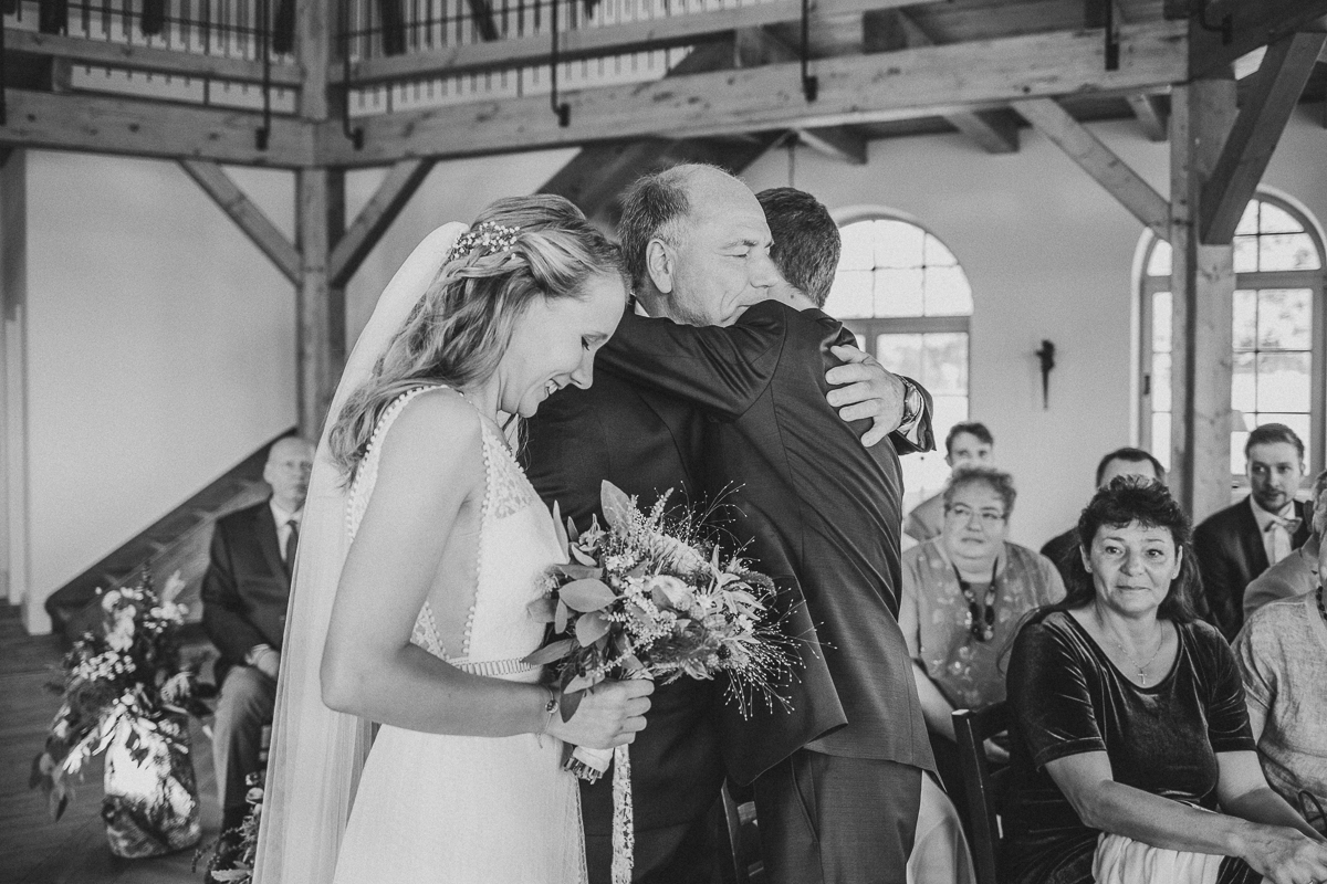 Captured in 2018 on Oct 06 at Gut Ulrichshusen at Hochzeit Jeannette und Gunnar by Laura Kiessling Photography